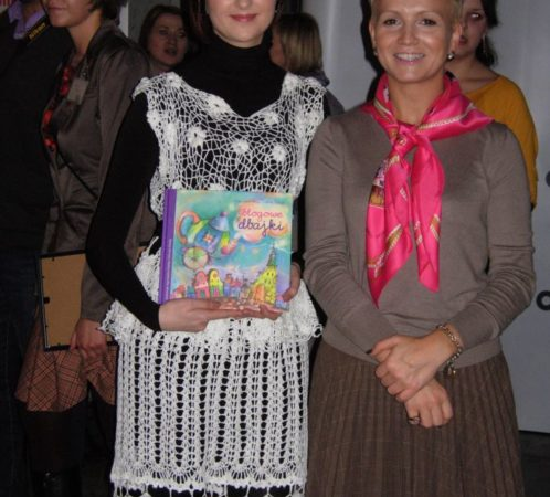 Izabela Jabłonowska i Marta Kuligowska, uroczysta gala w Och Teatrze. Bajka Srebrna Igiełka I. Jabłonowskiej zdobyła nagrodę i została wydana w albumie Blogowe dbajki jako bajka terapeutyczna. Fragmenty wybranych bajek czytała aktorka Maria Seweryn.