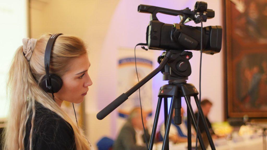 kobieta za kamera
